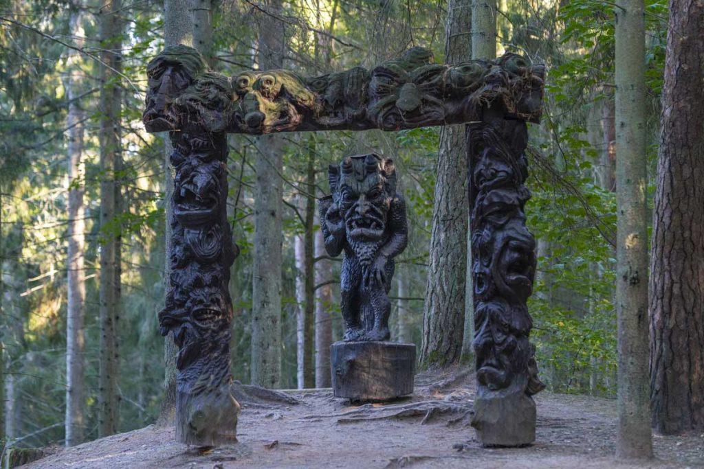 Raganų kalno skulptūra