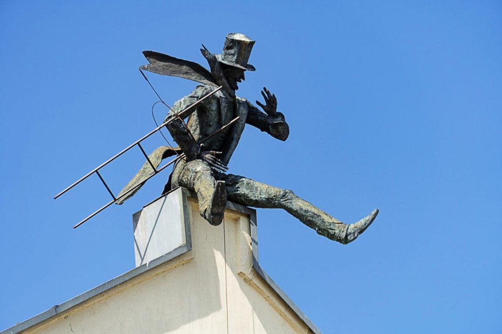 Kaminkrėtys ant stogo. Skulptūra